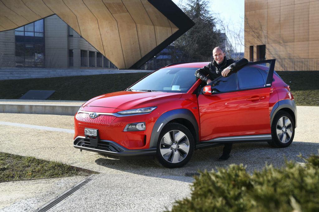 Bertrand Piccard posa com um Hyundai Kauai Electric